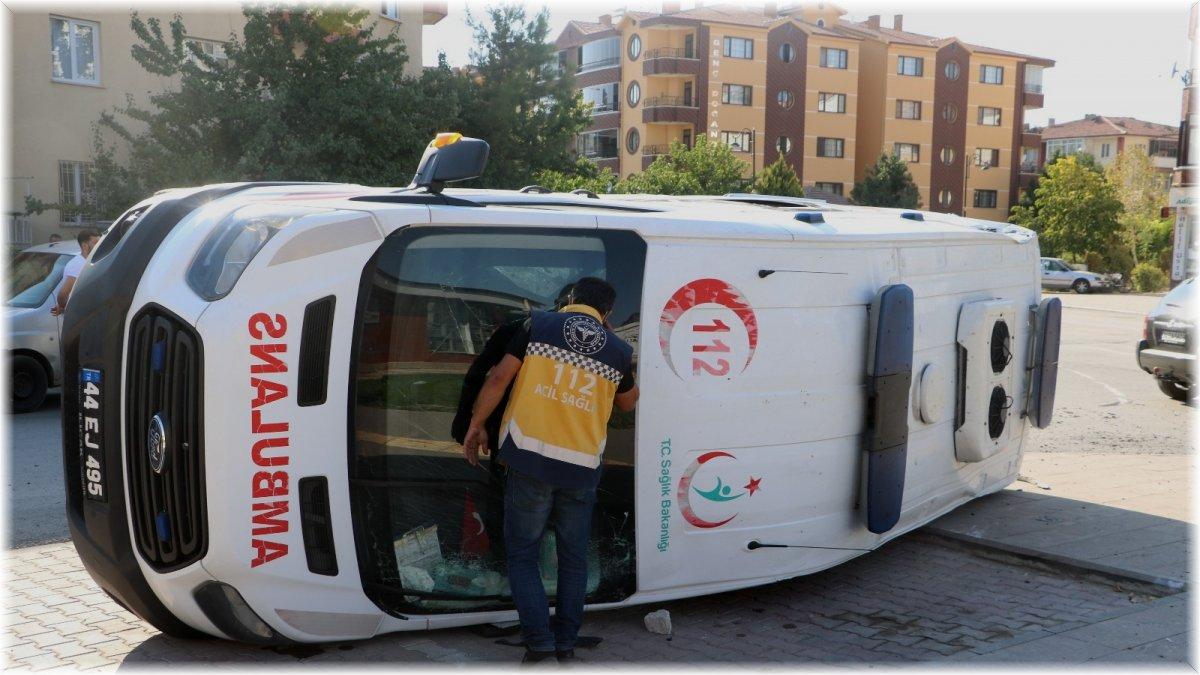 Otomobil ile çarpışan ambulans yan yattı: 4 yaralı