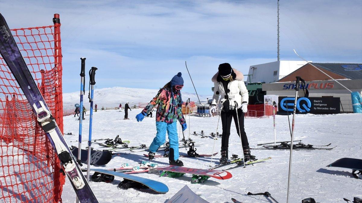 Palandöken Kayak Merkezi, yarıyıl tatilinde kayakseverlerle doldu