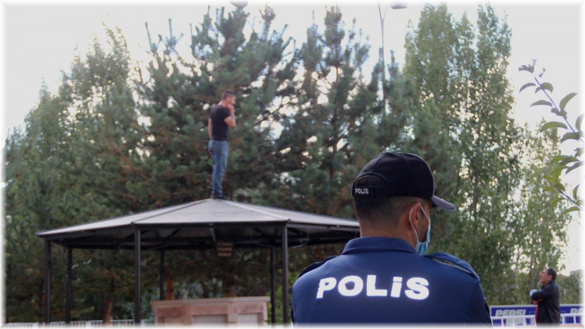 Polise bir an olsun huzur vermiyor, şimdide şadırvanın tepesine çıktı