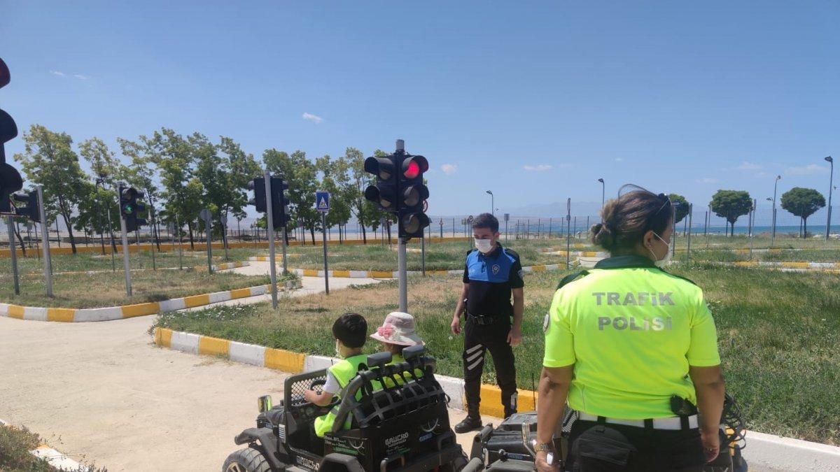 Polisten kreş ve bakımevinde kalan miniklere trafik kuralları