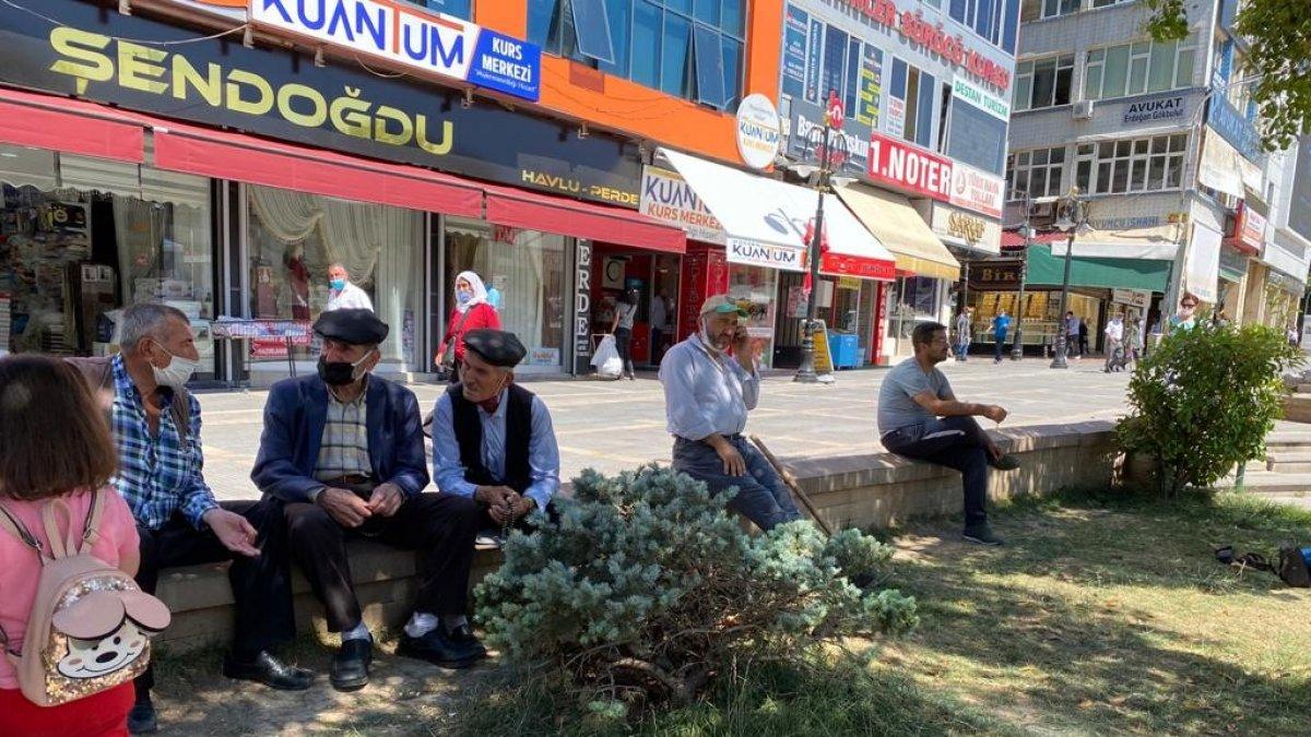 Sıcaktan bunalan vatandaşlar çeşme başında serinliyor