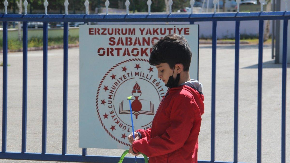 Sınavda olan ablasını dakikalarca kapı önünde bekledi