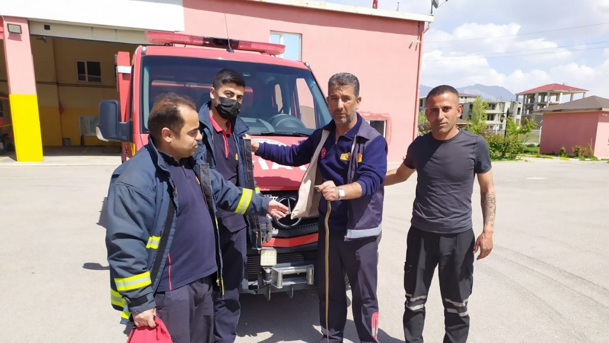 Tırın motor bölümüne giren yılanı itfaiye ekipleri çıkarttı
