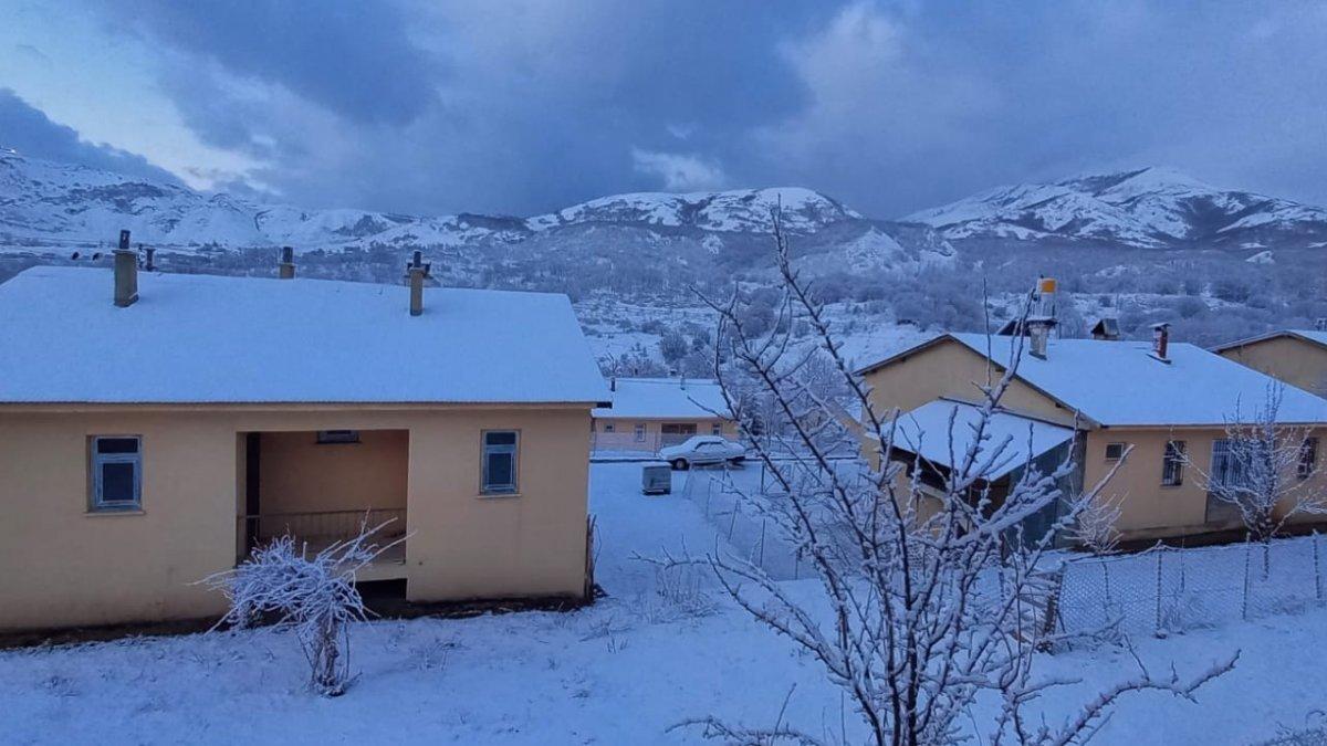Tunceli'ye kış geri geldi, kar yağdı