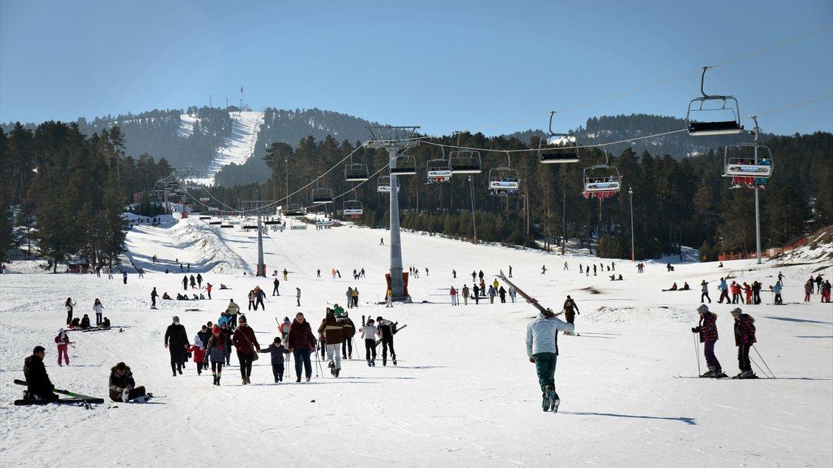 Turistler güneşli havanın keyfini Cıbıltepe'de kayak yaparak çıkardı