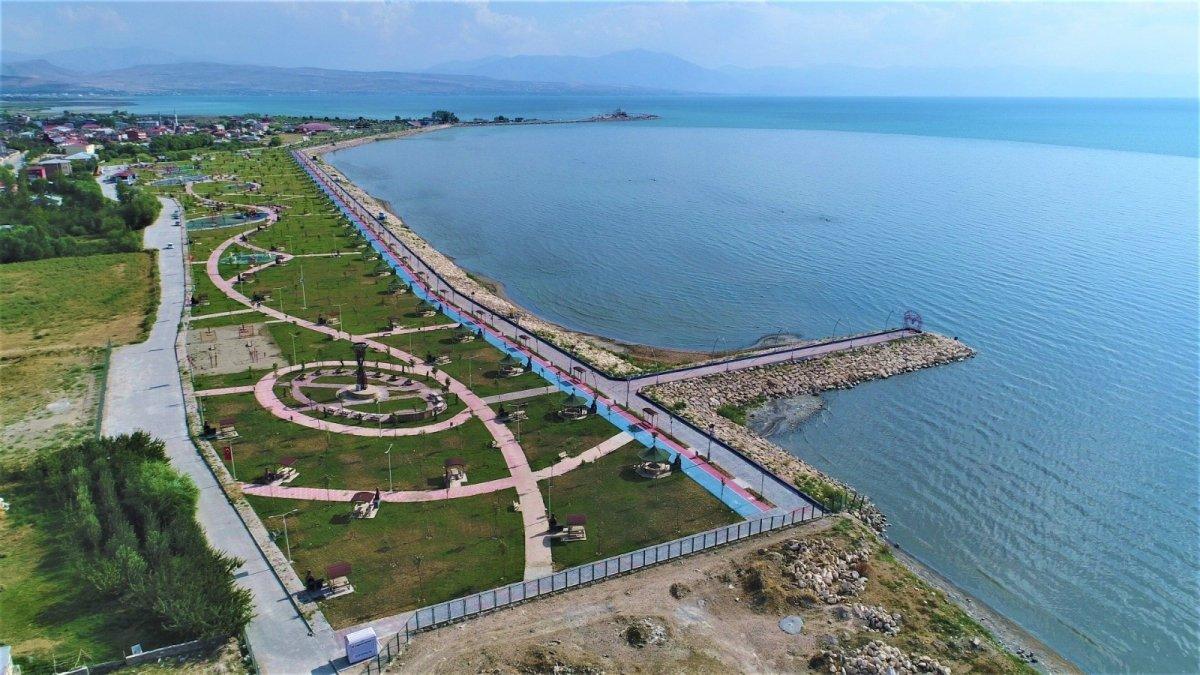 Tuşba Belediyesinin sahil parkı göz kamaştırıyor