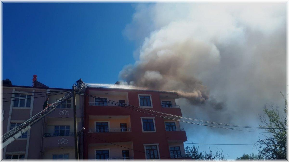 Tuzluca'da çatı yangını paniğe neden oldu