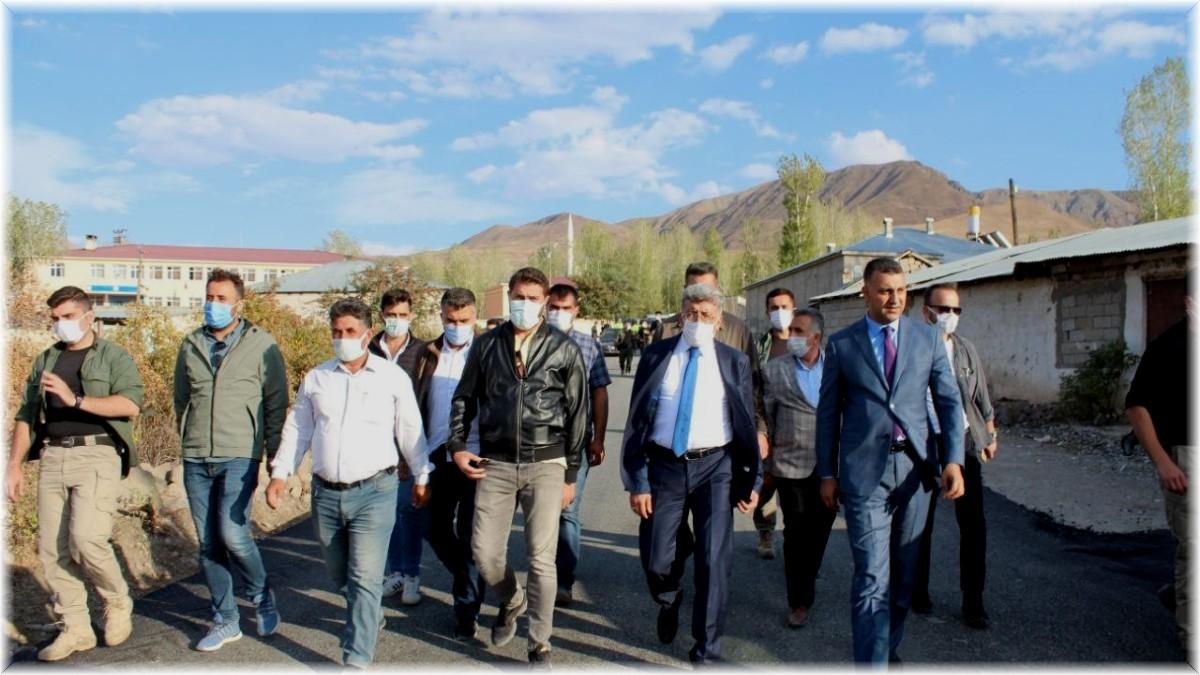 Vali Bilmez Muradiye'de yapımı devam eden yol çalışmalarını inceledi