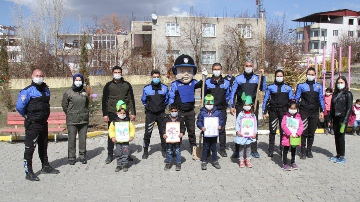 Van polisi çocuklarla fidan dikti