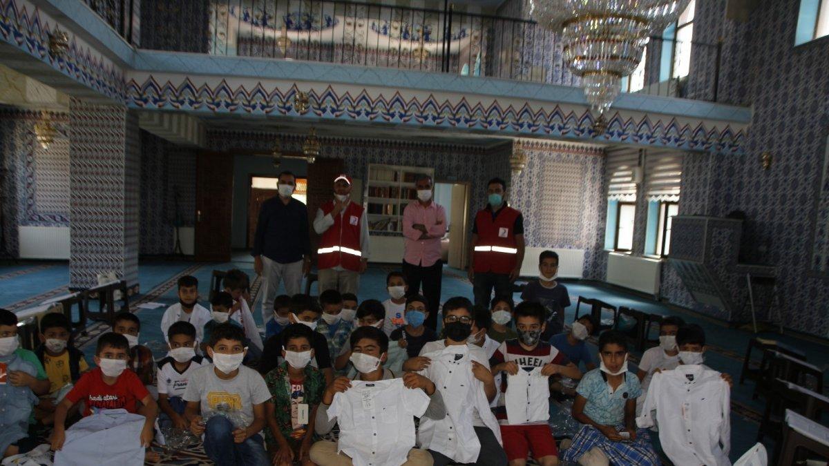 Varto'da Kur'an kursu öğrencilerine giyim yardımı