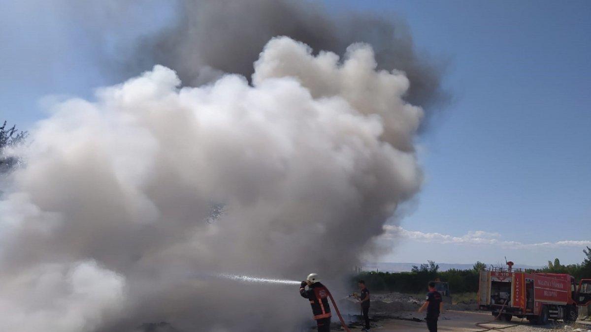 Yangın, kayısı bahçesine sıçramadan söndürüldü