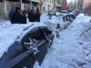 Ağrı'da çatıdan düşen kar kütlesi 7 araçta hasar oluşturdu