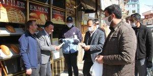 Şemdinli'de vatandaşlara ücretsiz maske dağıtıldı