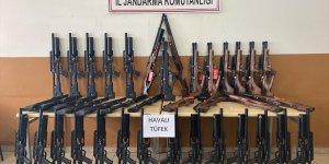 Ağrı'da jandarma dere yatağına gizlenmiş 50 av tüfeği ile kaçak sigara ele geçirdi