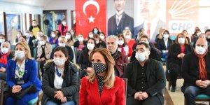 CHP'li Nazlıaka, Tunceli'de partisine katılan kadınlara rozet taktı