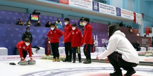 Donan çayda fırçayla curling oynayan çocuklar, hayallerini gerçek pistte gerçekleştirdi