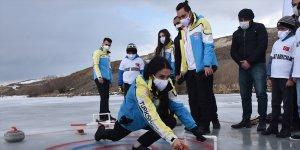 Curling Milli Takımı bu kez donan çay üzerinde curling heyecanı yaşadı