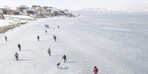 Bitlisli gençler yüzeyi buz tutan Nazik Gölü'nde futbol oynadı