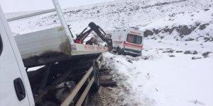 Bingöl'de hasta almaya giden ambulans şarampole devrildi