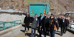 Hakkari Valisi ve Belediye Başkan Vekili Akbıyık, selden zarar gören köyde inceleme yaptı