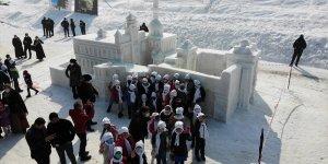Ağrı'daki '1. Kar ve Buz Festivali'nde kardan heykeller ile milli kayakçıların gösterisi ilgi gördü