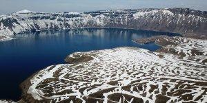 Nemrut Krater Gölü'nün karlı görüntüsü büyülüyor