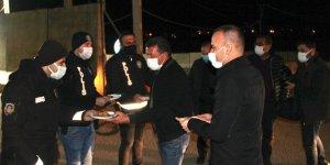 Ağrı Milli Eğitim Müdürü Tekin, şehrin giriş noktalarında nöbet tutan polislere tatlı ikram etti