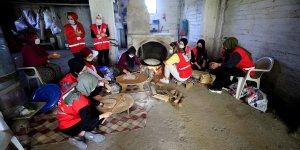 Kızılay gönüllüsü kadınlar ihtiyaç sahipleri için sac ekmeği pişiriyor