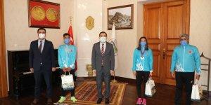 Vali Öksüz, Milli atletleri makamında kabul etti