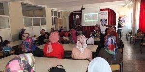 """Keban'da kadınlara KADES ve """"En İyi Narkotik Polisi: Anne"""" konularında bilgilendirmede bulunuldu"""
