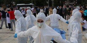 """Geleceğin hemşireleri Kovid-19'la savaşan sağlık çalışanlarının sorunlarını """"sessiz tiyatro"""" ile anlattılar"""