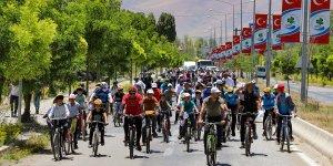 Van'da 200 kişi kuraklığa dikkat çekmek için pedal çevirdi