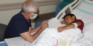 Süt kazanına düşerek yanan çocuk, okuma yazmayı hastanede öğreniyor