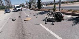 Otomobil sepetli motosikletle çarpıştı: 1'i ağır 2 yaralı