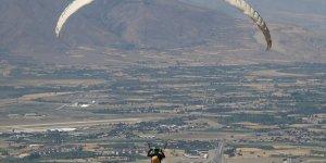 Yamaç paraşütü ile Erzincan semalarında yöresel kahvaltı keyfi yaşadılar
