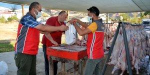 Sadakataşı Derneği Muş'ta ihtiyaç sahibi ailelere kurban eti dağıttı