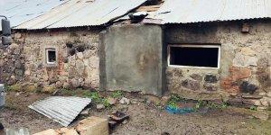 Kars'ta yangın çıkan evde mahsur kalan genç kız dumandan etkilendi