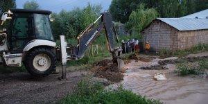 Erciş'te etkili olan şiddetli yağış 13 köyde taşkına neden oldu