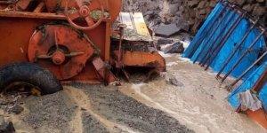 Kars'ta sel ev, ahır ve tarım aletlerine zarar verdi