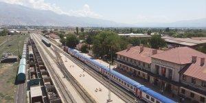 Kovid-19 yüzünden ara verilen seferleri yeniden başlayan Doğu Ekspresi treni Erzincan'a ulaştı