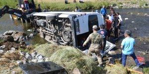 Ağrı'da düğüne gidenleri taşıyan minibüs dere yatağına devrildi: 13 yaralı