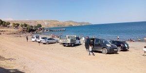 Bitlis'te vatandaşlar Van Gölü'ne akın etti