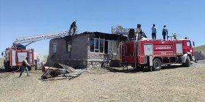 Saray Kaymakamı Ataman, evi yanan aileye sahip çıktı