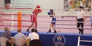 Yıldız boksörler ringde nefes kesti