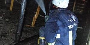 Özalp'ta bir evin çatısında çıkan yangın söndürüldü