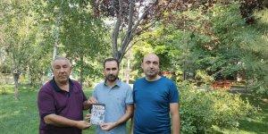 Serdar Ünsal Soykırım kitabını Turan ve Kılıç'a hediye etti