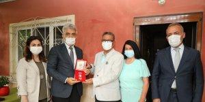 Vali Makas, Kıbrıs gazisine Milli Mücadele Madalyasını takdim etti
