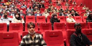 Van'da protokol üyeleri 'Akif' filmini öğrencilerle birlikte izledi
