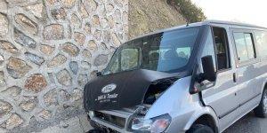 Sürücüsünün direksiyon hakimiyetini kaybettiği minibüs duvara çarparak durabildi