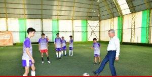 Futbol turnuvasının başlama vuruşunu Başkan Çınar yaptı